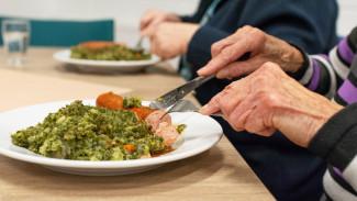 Медики рассказали о правилах питания для пожилых людей