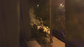 В Воронеже ночью во дворе многоэтажки сгорел автомобиль