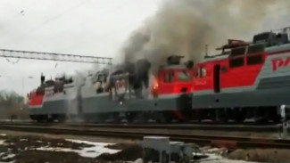 В Воронежской области на путях загорелся электровоз