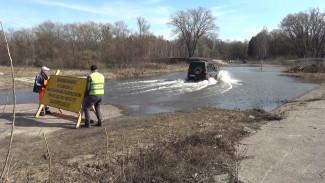 Водители проигнорировали запрет на движение по затопленному мосту в Воронежской области