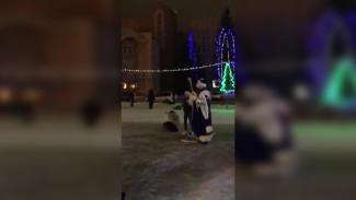 В Воронежской области Дед Мороз на площади избил женщину: появилось видео