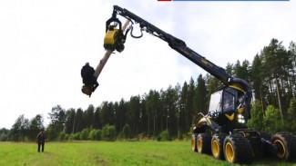 Финские экстремалы устроили родео на лесозаготовительном комбайне