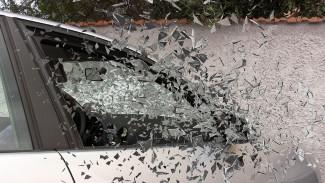 В Воронежской области иномарка на скорости влетела в дерево: пострадали 3 человека