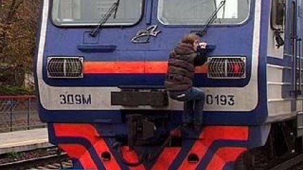 Воронежские экстремалы не останавливаются даже перед идущим поездом