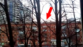 В Воронеже починили часть кровли пятиэтажки, которая угрожала упасть на прохожих