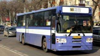 В Воронеже маршрутка сбила стоящую на остановке 16-летнюю девушку
