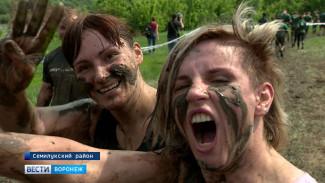 Под Воронежем 1,5 тыс. человек добровольно падали в грязь лицом на экстремальном забеге