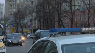 В Воронежской области два человека получили травмы в съехавшей в кювет иномарке