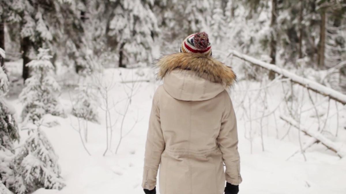 Девушки зимой в лесу со спины