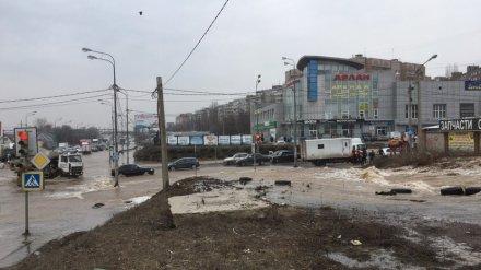 Тысячи воронежцев остались без воды из-за аварии, спровоцировавшей потоп на окружной