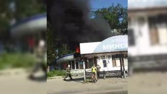 В Воронеже у остановки сгорел продуктовый магазин: появилось видео