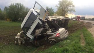 Водитель иномарки разбился в ДТП с грузовиком на трассе в Воронежской области
