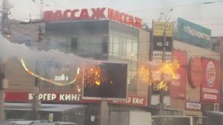 В центре Воронежа на перекрёстке из-за замыкания загорелись провода