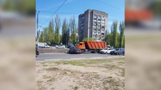 В Воронеже в столкновении BMW и грузовика пострадал мужчина