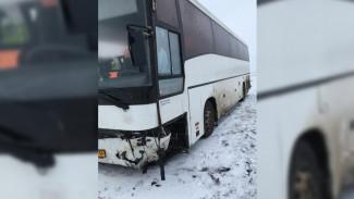Рейсовый автобус после ДТП под Воронежем вылетел в кювет