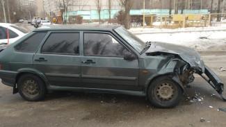 Женщина с ребёнком попали в больницу после ДТП с двумя легковушками в Воронеже