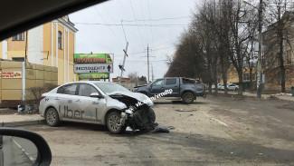 В жёстком ДТП в Воронеже пострадала пассажирка такси