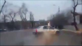 В Воронеже легковушка врезалась в столб и перевернулась: появилось видео