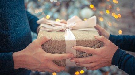 Худшими новогодними подарками назвали одежду и сувениры