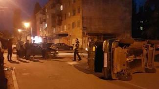 Легковушка перевернулась после ДТП в Воронеже: пострадали 2 человека