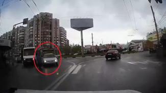 В Воронеже водитель иномарки на переходе сбил женщину и уехал