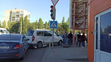 Два человека пострадали в массовом ДТП с микроавтобусом в Воронеже