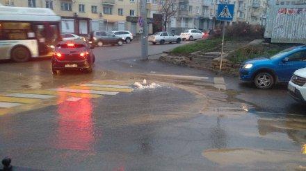 На дороге в центре Воронежа появился «фонтан»