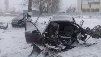 В Воронежской области влетевший в столб автомобиль разорвало пополам: водитель выжил