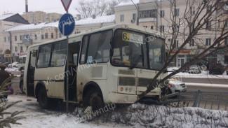 В аварии с «ПАЗом» и внедорожником в центре Воронежа пострадала женщина