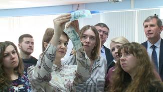 Воронежцам показали, как распознать фальшивые деньги