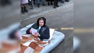 Лёжа на матрасе. Воронежский студент снял видеоприкол о подсчёте пассажиров