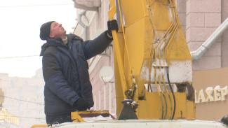 «Не хватает людей». Воронежские коммунальщики продолжают бороться со снегом