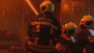 Припаркованные машины осложнили воронежским пожарным спасение людей из горящей квартиры