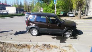 В Воронеже при столкновении двух иномарок на перекрёстке пострадали 2 человека