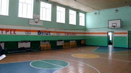 В воронежской школе физрук запер в раздевалке опоздавших на урок детей