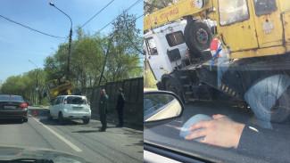 В Воронеже кран-манипулятор снёс иномарку и врезался столб