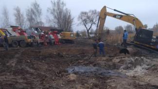 Под Воронежем вытащили из грязи утонувший при расчистке реки экскаватор