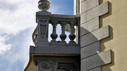 В центре Воронежа с фасада сталинки обрушился балкон