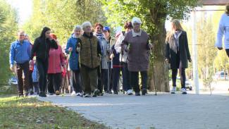 Воронежских пенсионеров взбодрили скандинавской ходьбой в честь Дня пожилого человека
