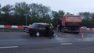 На трассе под Воронежем «Жигули» влетели в самосвал: 1 человек погиб и 2 пострадали