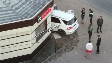 В Воронеже Mercedes протаранил мебельный салон