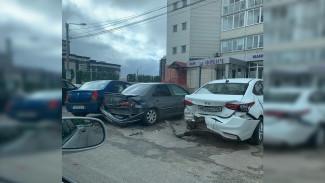 В Воронеже Mercedes протаранил 4 припаркованные иномарки