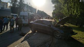 В Воронеже водитель иномарки сбил на переходе двух пешеходов и сбежал с места аварии