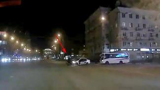 В центре Воронежа таксист сбил мотоциклиста: видео ДТП появилось в сети