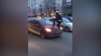 В Воронеже подросток пробежался по крыше иномарки ради эффектного видео