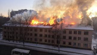 Полыхающий заброшенный дом в Воронеже сняли на видео