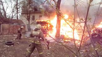 Вблизи жилого дома в Воронеже вспыхнул пожар: появилось видео