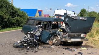 Под Воронежем в страшном ДТП с «четвёркой» разбился байкер