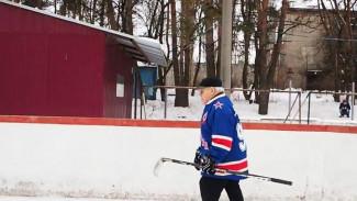 Воронежец отметил 90-летние, прокатившись вместе с семьёй на коньках