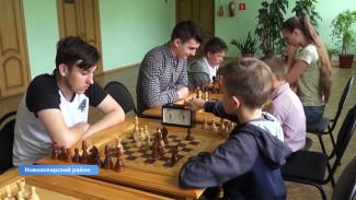 Школьники из воронежского села сыграли с опытным шахматистом